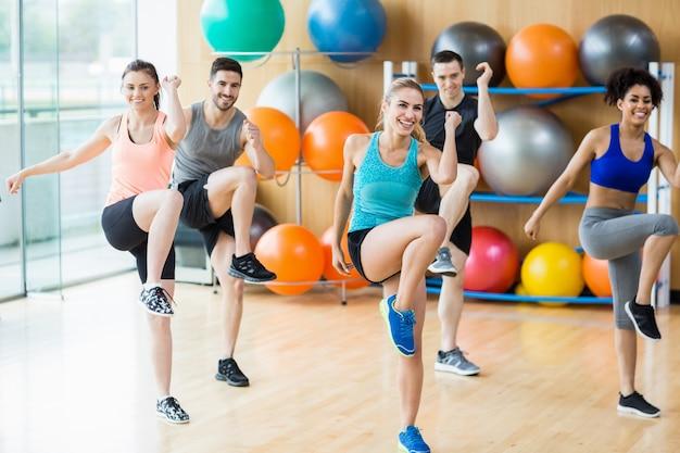 Lezione di fitness che si esercita in studio