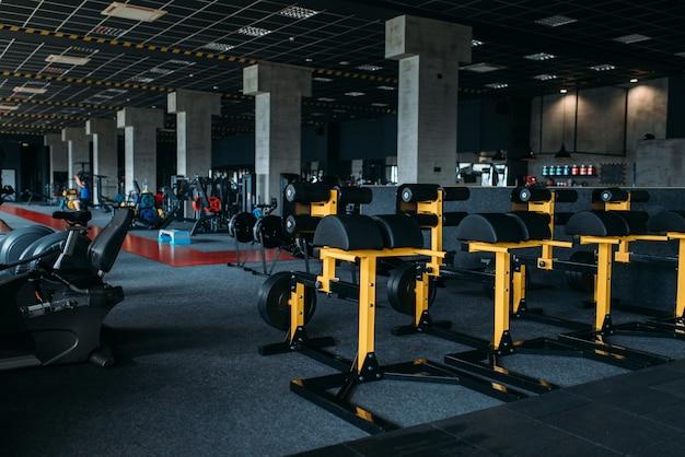 Interno del fitness club. palestra nessuno. attrezzature per centri sportivi