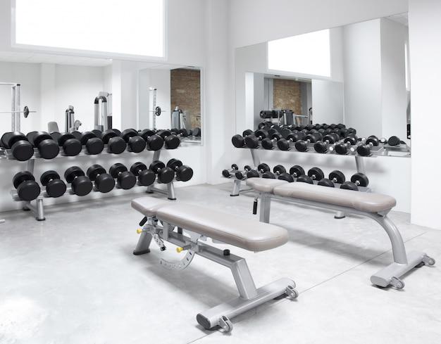 Palestra dell'attrezzatura di allenamento con i pesi del centro fitness