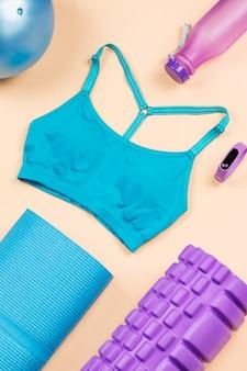 Attrezzature per il fitness. disposizione piana degli accessori e dei vestiti di allenamento della donna