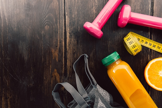 Attrezzature per il fitness sul tavolo di legno