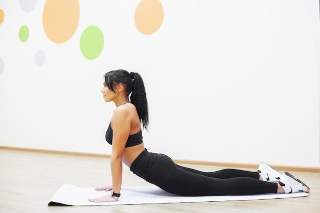 Ragazza di forma fisica. ragazza atletica sexy allenandovi in palestra. donna di forma fisica che fa esercizio.