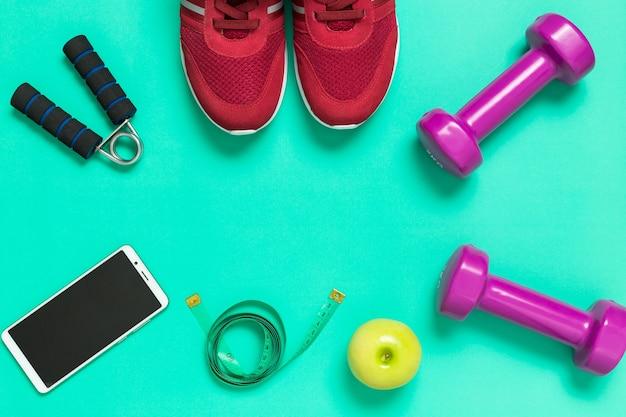 Concetto sano fitness con scarpe da ginnastica e smartphone