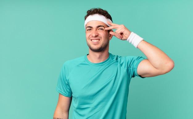 Uomo fitness sentirsi confuso e perplesso, mostrando che sei pazzo, pazzo o fuori di testa