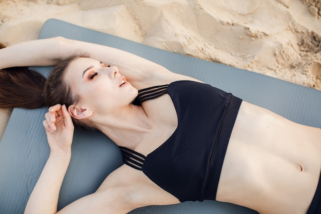 Il modello di fitness va per lo sport sulla spiaggia