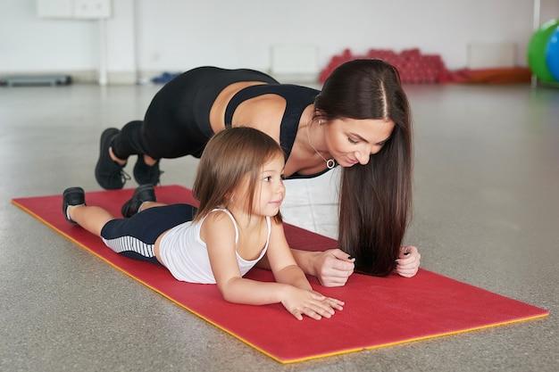 Madre e figlio di fitness. attività sportive con i bambini. centro fitness.