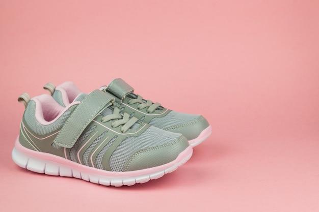 Scarpe da ginnastica fitness su sfondo rosa pastello. scarpe sportive. tendenza colore.