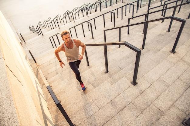 Esercizio sportivo fitness e concetto di stile di vita sano delle persone