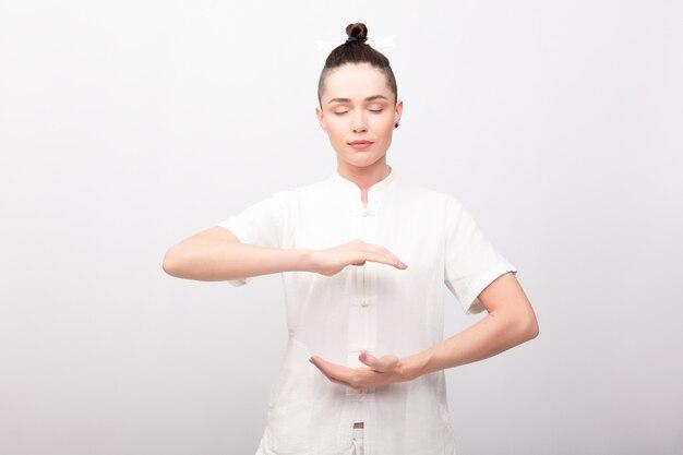 Concetto di fitness, sport, formazione e stile di vita - giovane donna che fa esercizio di yoga