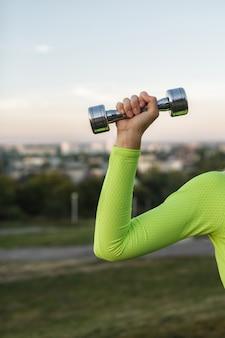Donna di sport fitness in abiti sportivi di moda facendo allenamento