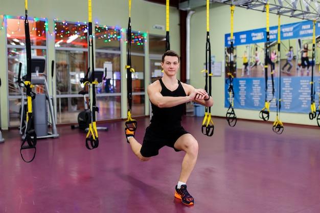 Istruttore di fitness in palestra.