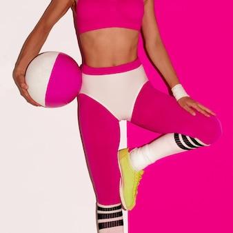 Vibrazione di allenamento fitness. calcio. stile pop art. ragazza alla moda
