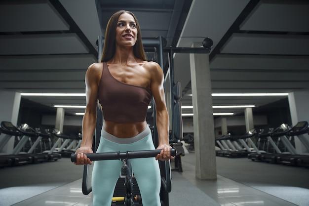 Donna di forma fisica che pompa su culo culo bottino gambe muscoli allenamento fitness e concetto di bodybuilding