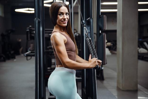 Donna di forma fisica che pompa su culo culo bottino gambe muscoli allenamento fitness e bodybuilding
