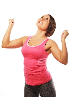 Donna di forma fisica in stile sportivo in piedi su sfondo bianco.