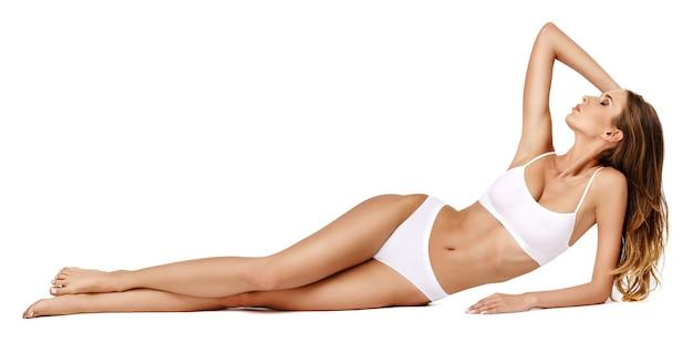 Donna fitness con un bel corpo su sfondo bianco