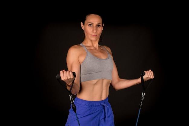 Donna fitness con fasce per esercizi