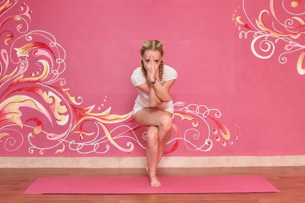 Lezione di fitness o yoga, donna sportiva che fa esercizio in palestra