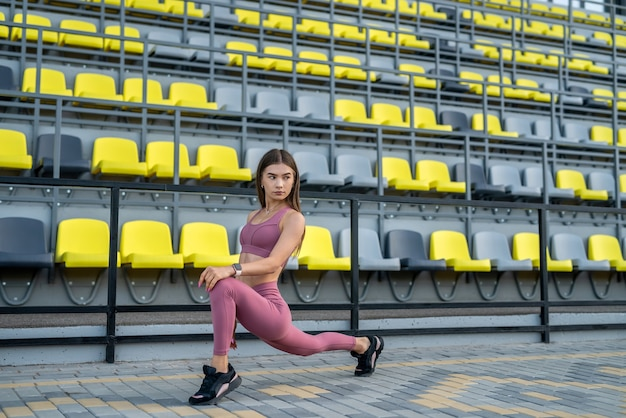 Giovane signora di forma fisica che fa allenamento di allungamento mattutino. concetto di sport e stile di vita