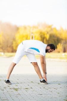 Fitness. giovane uomo esercizio in ambiente urbano.