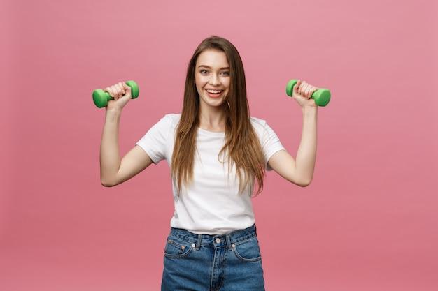 Fitness, giovane donna con manubri