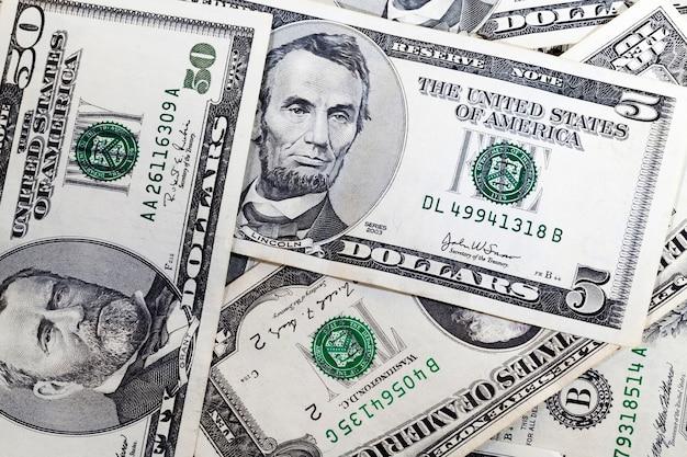 Cinque dollari americani in contanti, un primo piano di soldi veri dagli stati americani