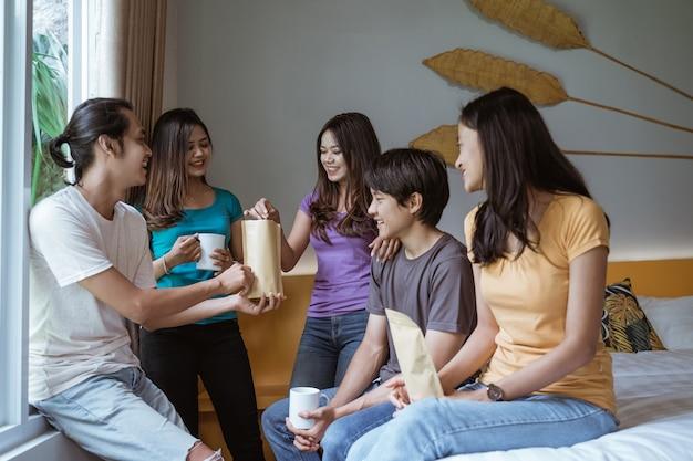 Cinque giovani amici asiatici divertendosi insieme in camera da letto