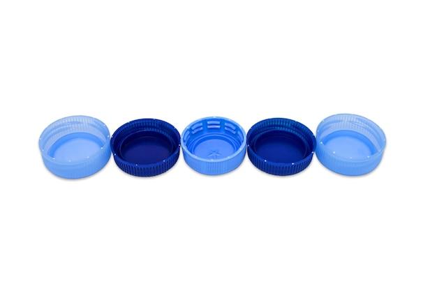 Cinque tappi di plastica blu in linea isolati su sfondo bianco. concetto di riciclaggio