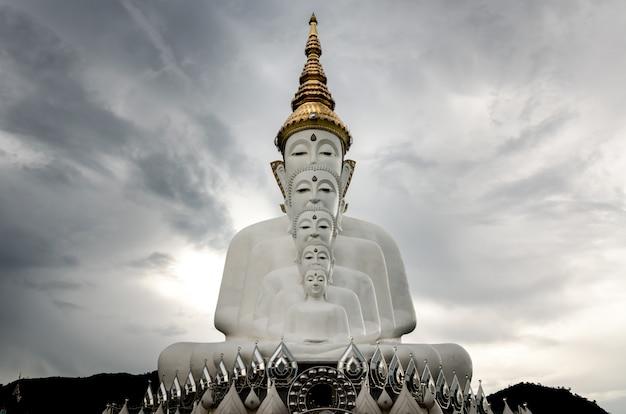 Cinque statua del buddha in wat phra that pha kaew, provincia di petchabun, thailandia