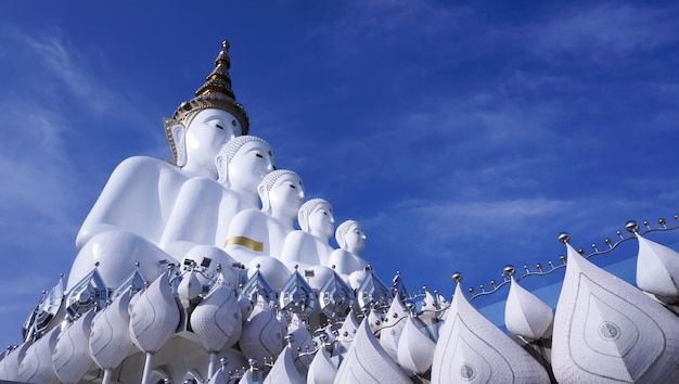 Cinque buddha al tempio di wat phra thad pha son kaew in tailandia