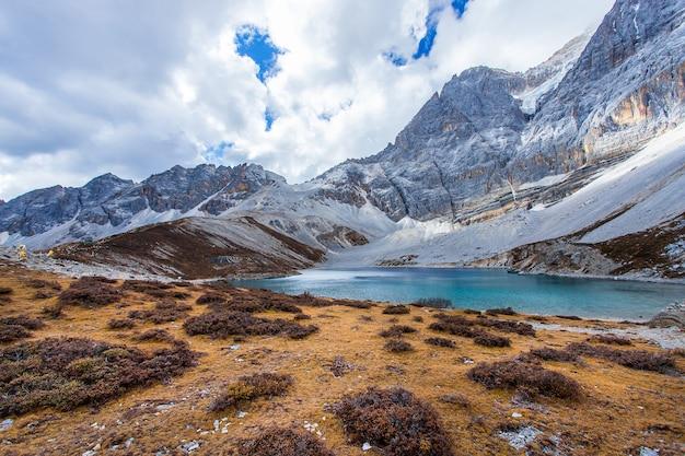 Cinque colori lago al parco nazionale di doacheng yading, sichuan, cina