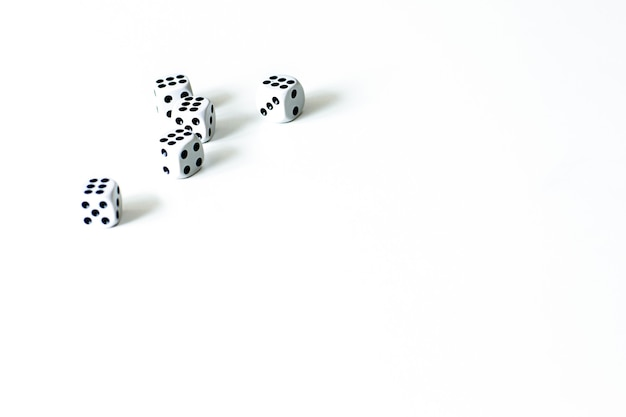 Cinque dadi su uno sfondo bianco, il gioco.