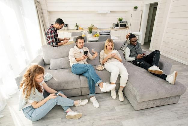 Cinque amici che utilizzano smartphone