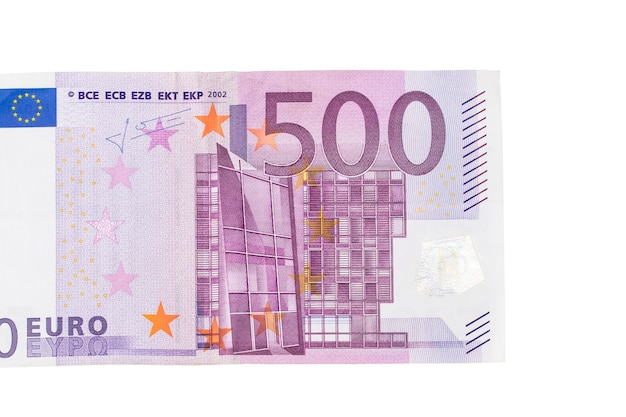 Banconota da cinquecento euro su sfondo bianco.
