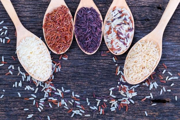 Cinque tipi di riso biologico sul pavimento di legno