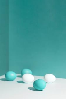 Cinque uova colorate con un'ombra dura. sono nell'angolo della scatola.