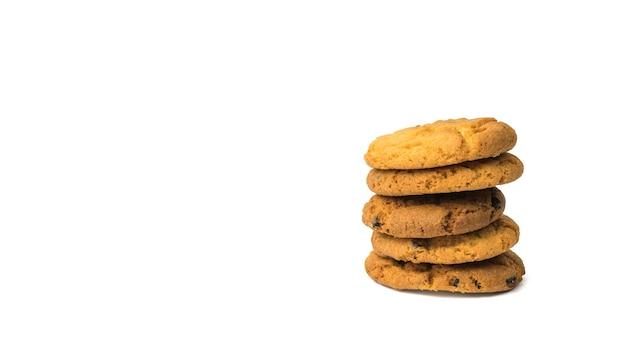 Cinque biscotti di farina d'avena con gocce di cioccolato isolati su una superficie bianca