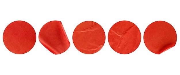 Cinque adesivi rotondi rossi su sfondo bianco isolato