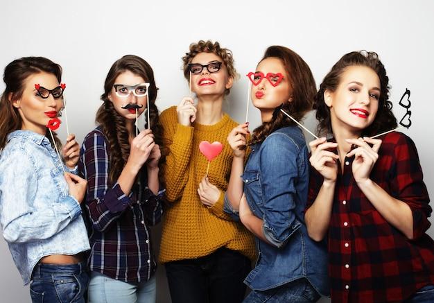 Cinque ragazze sexy hipster migliori amiche pronte per la festa