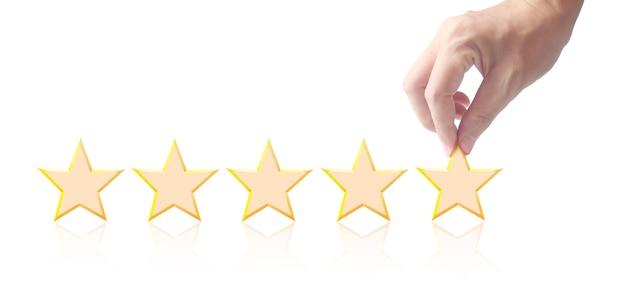Cinque stelle in mano. aumentare la valutazione del rating e il concetto di classificazione