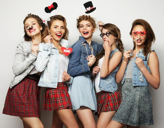 Cinque migliori amiche di ragazze sexy alla moda pronte per la festa