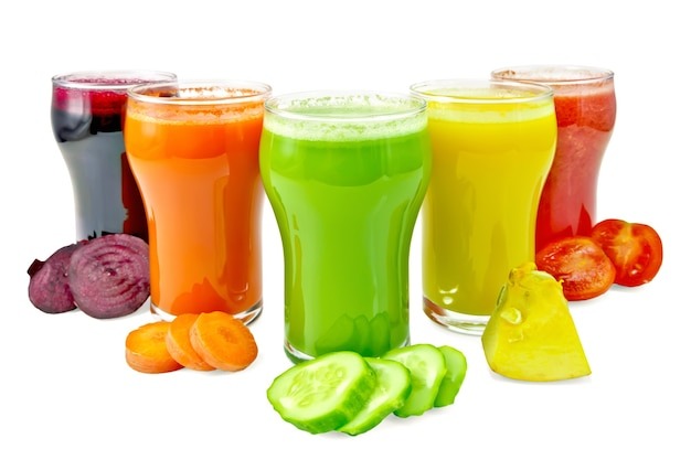Cinque bicchieri alti con succo di carota, cetriolo, pomodoro, barbabietola e zucca, verdure isolate su sfondo bianco
