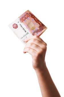 Cinquemila rubli russi nelle mani di un bambino isolato su uno sfondo bianco