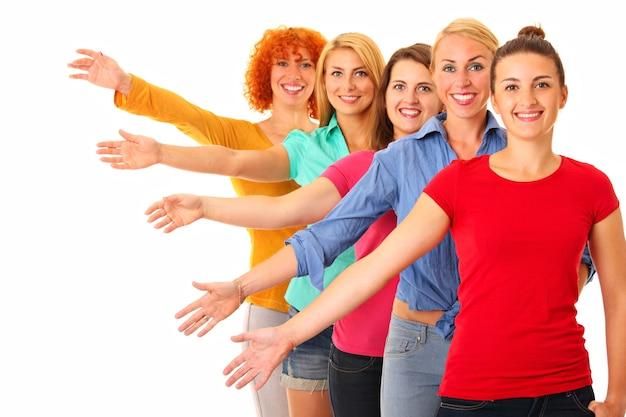 Cinque donne in fila con magliette colorate e sorridenti su bianco