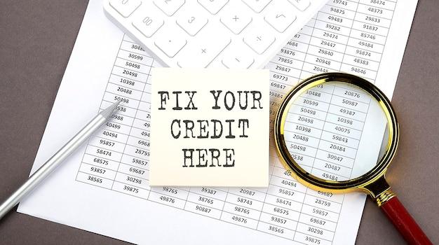 Fissare il tuo credito qui testo su adesivo sul grafico, con calcolatrice e lente d'ingrandimento
