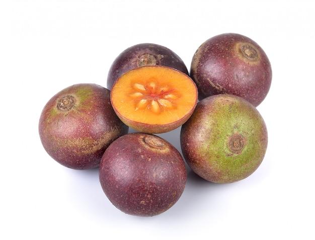 Frutta di flacourtia su fondo bianco