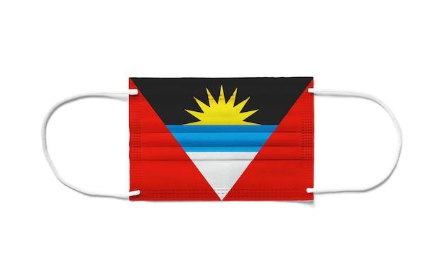 Bandiera di antigua e barbuda su mascherina chirurgica monouso. sfondo bianco isolato