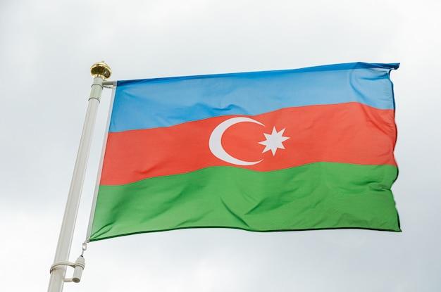 Bandiera dell'azerbaigian alla luce del giorno contro il cielo