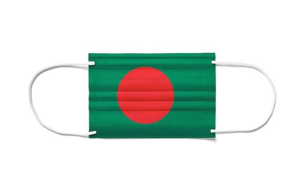 Bandiera del bangladesh su una maschera chirurgica monouso. superficie bianca isolata