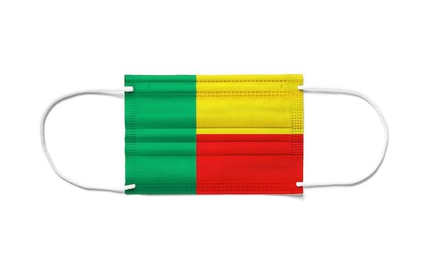 Bandiera del benin su una maschera chirurgica monouso. superficie bianca isolata